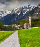 Mooi de lentelandschap met kerk in de Zwitserse Alpen Stock Afbeelding