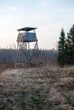 Mooi de lentelandschap met watchtower in bos Royalty-vrije Stock Afbeelding
