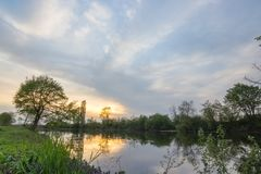Mooi de lentelandschap op de rivier Weide, atmosfeer en dramatische hemel TIF stock foto's