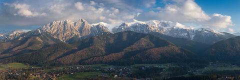 Mooi de lentelandschap van bergen en bewolkte hemel Mening in Zakopane vanaf de bovenkant van Gubalowka, Tatra-Bergen in Polen Royalty-vrije Stock Afbeelding