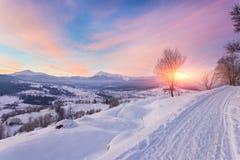 Mooi de winterlandschap in de bergen royalty-vrije stock afbeeldingen