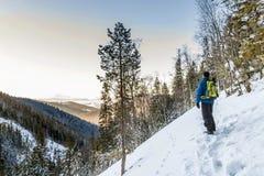 Mooi de winterlandschap in de bergen en de jonge mensenwandelaar Stock Foto's