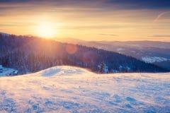 Mooi de winterlandschap bij zonsondergang stock fotografie