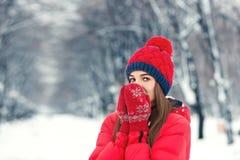 Mooi de winterportret van jonge vrouw in het de winter sneeuwlandschap Royalty-vrije Stock Afbeelding