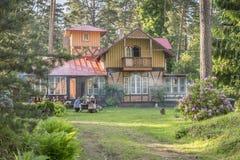 Mooi de zomerhuis dat in bospark wordt gevestigd Stock Foto's