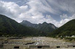 Mooi de zomerlandschap in bergen, groene weiden en de donkerblauwe hemel met wolken De grote Kaukasus azerbaijan Royalty-vrije Stock Afbeeldingen