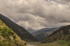 Mooi de zomerlandschap in bergen, groene weiden en de donkerblauwe hemel met wolken De grote Kaukasus azerbaijan Stock Afbeelding