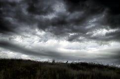 Mooi de zomerlandschap in bergen, groene weiden en de donkerblauwe hemel met wolken De grote Kaukasus azerbaijan Stock Afbeeldingen
