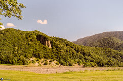 Mooi de zomerlandschap in bergen, groene weiden en de donkerblauwe hemel met wolken De grote Kaukasus azerbaijan Gakh Ilisu Stock Afbeelding
