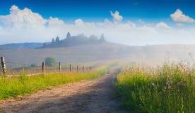 Mooi de zomerlandschap in het bergdorp met vuile ro Stock Afbeeldingen