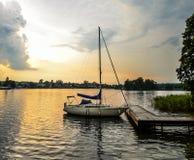 Mooi de zomerlandschap van Trakai-meer en weinig sportjacht meer en zonsonderganghemel stock foto