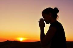 Mooi de zomermeisje in gebed Royalty-vrije Stock Fotografie