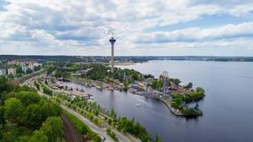 Mooi de zomerpanorama van de stad van Tampere bij de zomerdag Oever van het meerpretpark royalty-vrije stock foto
