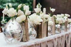 Mooi decor bij het huwelijk Bloemen op de achtergrond van het tafelkleed gemiddeld plan royalty-vrije stock fotografie