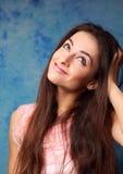 Mooi denkend studentenmeisje die omhoog op blauw kijken royalty-vrije stock afbeeldingen