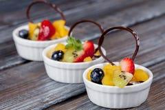 Mooi dessert op witte plaat Stock Afbeelding
