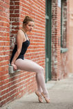 Mooi die balletmeisje op vensterzetel wordt gesteld stock afbeeldingen