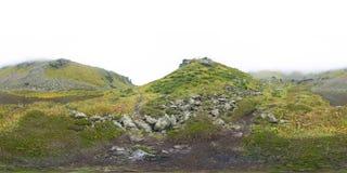 Mooi die bergmeer door indrukwekkende bergen wordt omringd Stock Foto