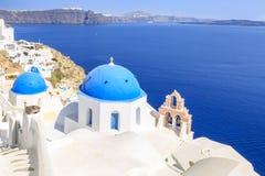 Mooi die Blauw chuch in Oia dorp, Santorini-eiland wordt overkoepeld stock foto