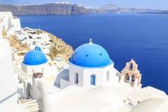 Mooi die Blauw chuch in Oia dorp, Santorini-eiland wordt overkoepeld stock fotografie