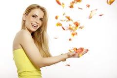 Mooi die blondemeisje met het boeket van tulpen op w worden geïsoleerd Royalty-vrije Stock Foto