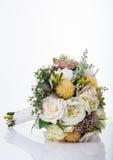 Mooi die boeket van bloemen op witte achtergrond worden geïsoleerd Stock Foto