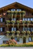 Mooi die chalet met bloemen in Wolfenschiessen, Switze wordt versierd royalty-vrije stock fotografie