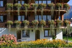 Mooi die chalet met bloemen in Wolfenschiessen, Switze wordt versierd stock fotografie