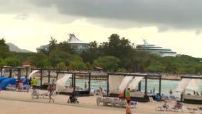 Mooi die cruiseschip op het Caraïbische overzees wordt geschoten stock videobeelden