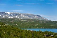 Mooi die landschap en landschap van Noorwegen, de heuvels en de berg gedeeltelijk met witte sneeuw worden behandeld stock afbeeldingen