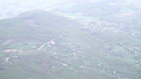 Mooi die landschap, heuvels en dorpen, uit hoge hoogte wordt genomen stock videobeelden