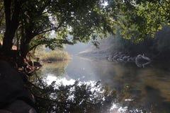 Mooi die meer door bergen wordt omringd stock fotografie