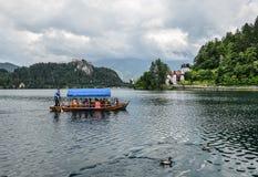 Mooi die Meer in Julian Alps en oude de houten boot wordt afgetapt Bergen, duidelijk aquamarijnwater, toeristenboot, meer en dram royalty-vrije stock foto