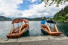 Mooi die Meer in Julian Alps en twee oude houten boten wordt afgetapt royalty-vrije stock afbeelding