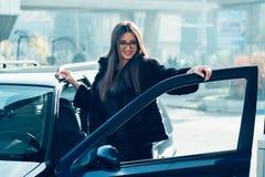Mooi die meisje brandstof wordt gegoten in de tankauto's royalty-vrije stock afbeelding