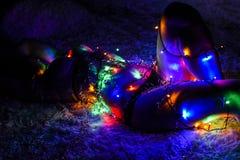 Mooi die meisje in een slinger wordt verpakt Gloeiende multicolored slingers op het lichaam van een mooi meisje Vrolijke Kerstmis royalty-vrije stock foto