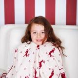 Mooi die meisje in Kerstmisdoek wordt verpakt Stock Foto