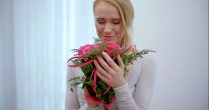 Mooi die Meisje met Boeket van Bloemen wordt verrast stock video