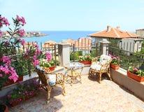 Mooi die terras door bloemen wordt omringd Royalty-vrije Stock Fotografie
