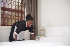 Mooi dienstmeisje in eenvormig stock afbeeldingen