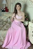 Mooi donker-haired meisje in de roze avondjurk Royalty-vrije Stock Fotografie