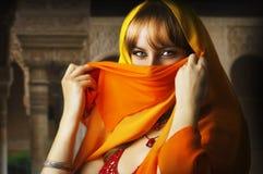 Mooi donkerbruin Aziatisch meisje met sluier op gezicht Royalty-vrije Stock Afbeelding