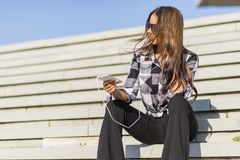 Mooi donkerbruin Kaukasisch meisje die aan de muziek met hij luisteren Stock Foto's