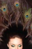 Mooi donkerbruin lang haar dat met pauw wordt verfraaid royalty-vrije stock foto