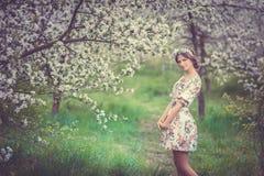 Mooi donkerbruin meisje in bloeiende tuin Royalty-vrije Stock Afbeeldingen