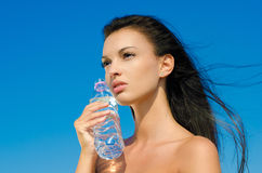 Mooi donkerbruin meisje dat een fles water houdt Royalty-vrije Stock Foto