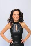 Mooi donkerbruin meisje dat sexy zwarte kleding draagt Royalty-vrije Stock Afbeeldingen