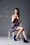 Mooi donkerbruin meisje met bellen Stock Foto