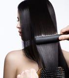Mooi donkerbruin meisje met een volkomen vlot haar, het krullen en een klassieke samenstelling Het Gezicht van de schoonheid stock afbeelding