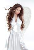 Mooi donkerbruin meisje met fladderend haar Engelen modelvrouw Stock Foto